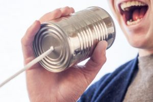 in ein Dosentelefon sprechen